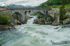 Brücke über rauem Wasser Stockfoto