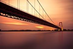 Brücke über Rhein-Fluss Stockfotos