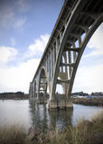 Brücke über ruhigem Wasser Lizenzfreies Stockfoto