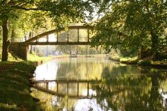 Brücke über ruhigem Wasser stockfoto