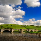 Brücke über ruhigem Wharfe Fluss Stockbilder