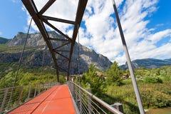 Brücke über Sarca-Fluss- Trentino Italien stockfotografie