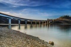 Brücke über See mit Reflexionen lizenzfreies stockfoto