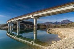 Brücke über See mit Reflexionen stockfoto