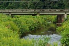 Brücke über Sommer-Wasser Stockbild