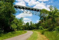 Brücke über Spur Lizenzfreie Stockfotos