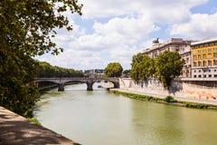 Brücke über Tiber-Fluss in Rom, Italien Stockbilder