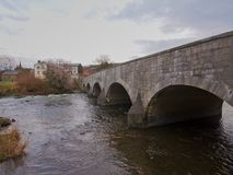 Brücke über Warche-Fluss in Stavelot UNO-der ein bewölkter Himmel Lizenzfreie Stockfotografie