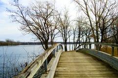 Brücke über Wasser lizenzfreie stockfotos