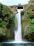 Brücke über Wasserfällen Stockbilder