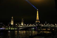 Brücke Alexandre III in Paris mit dem Eiffelturm im Hintergrund stockbilder