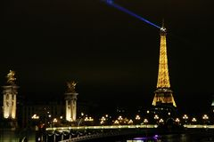 Brücke Alexandre III in Paris mit dem Eiffelturm im Hintergrund lizenzfreies stockbild