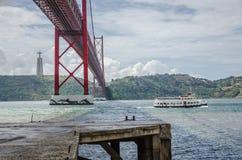 Brücke am 25. April, Lissabon Stockbild