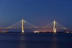 -Brücke Arthur-Ravenel, AKA/die Fassbinder-Fluss-Brücke in Charleston Sc genommen an Bord vom Ausflugboot Brücke Stockfotos