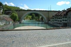 Brücke auf Aare-Fluss und Gebäude in Bern, die Schweiz Stockfotografie