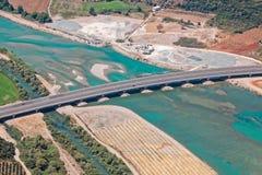 Brücke auf Achelous-Fluss, Griechenland, Vogelperspektive Stockbild