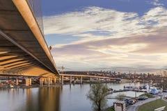 Brücke auf Ada mit Fluss Sava-` s Cukaricki Gabelung an der Dämmerung - Ada Ciganlija - Belgrad - Serbien Stockfotografie