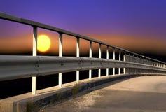 Brücke auf buntem Himmel Stockfotografie