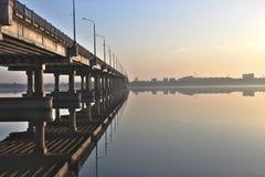 Brücke auf dem Fluss Stockfotografie