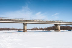 Brücke auf dem Fluss Lizenzfreie Stockbilder