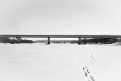 Brücke auf dem Fluss Lizenzfreie Stockfotos