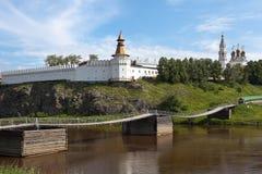 Brücke auf dem Fluss-Ausflug und Verkhotursky der Kreml mit Dreiheits-Kathedrale Verkhoturye Lizenzfreies Stockbild