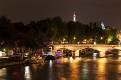 Brücke auf dem Fluss die Seine nachts Lizenzfreie Stockbilder