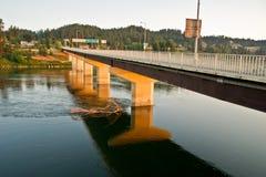 Brücke auf dem Fluss Kootenai Stockbild