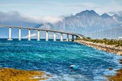 Brücke auf dem Fluss in Norwegen stockbilder