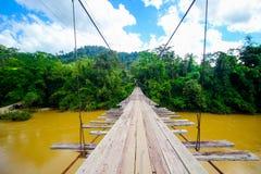 Brücke auf dem Fluss und dem blauen Himmel Lizenzfreie Stockfotos