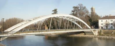 Brücke auf dem Fluss, Vaprio auf Adda, Italien Lizenzfreie Stockfotografie