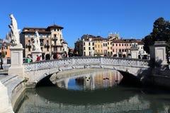 Brücke auf dem Prato-della Valle-Quadrat in Padua, Italien stockfotos