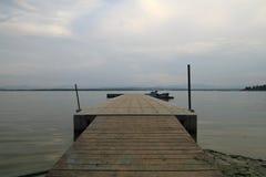 Brücke auf dem See Lizenzfreie Stockfotografie