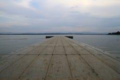 Brücke auf dem See Stockfotos