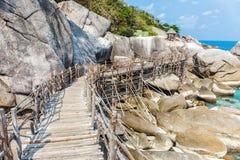 Brücke auf den Felsen Stockfotografie