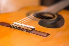 Brücke auf der accoustic Gitarre im Fokus Stockfotografie