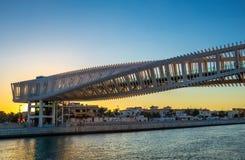 Brücke auf einem Dubai-Wasser-Kanal lizenzfreies stockbild