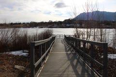 Brücke auf einem See Stockbild