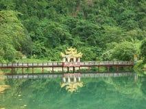 Brücke auf einem Wassersee Lizenzfreie Stockbilder