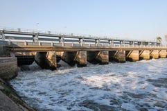Brücke auf einer Verdammung Lizenzfreie Stockfotos