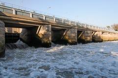 Brücke auf einer Verdammung mit Damm Lizenzfreies Stockfoto