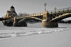 Brücke auf gefrorenem Fluss Stockfotos