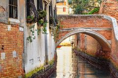 Brücke auf Kanal Rio de le Toreseie, Venedig Italien stockfotografie