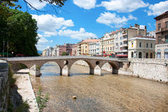 Brücke auf Miljacka Fluss in Sarajevo Lizenzfreie Stockbilder
