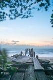 Brücke auf Strand an der langen Belichtung der Sonnenuntergangzeit lizenzfreies stockfoto