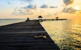 Brücke auf Strand im Sonnenaufgang und romantisches für Liebhaber Lizenzfreie Stockfotos