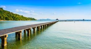 Brücke auf Strand und Meer bewegen in Asien-Ozean wellenartig Stockfoto