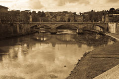 Brücke auf Tevere Fluss stockfoto