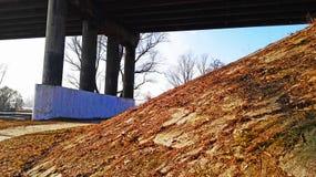 Brücke bedeckt mit einer Herbstdecke stockbilder