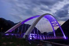 Brücke beleuchtete im Purpur Lizenzfreie Stockbilder